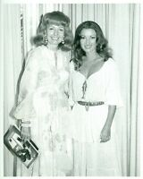 JANE SEYMOUR WITH FOREIGN PRESS REP RARE ORIGINAL CANDID 1978 PRESS PHOTO