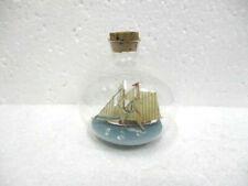 Petit  bateau dans bouteille en verre