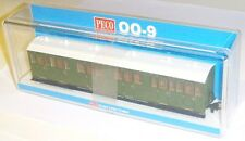 Peco GR-401U - Composite Coach, Green Unlettered - New.(009)
