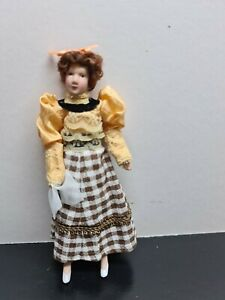 dolls house accessories lady with handkerchief 1.12th S12