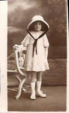 Photo carte fille en communiante original avec chapeau aumonière gants jupe mode