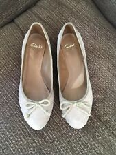 Ladies Clarks Suede Nude Mink Wedge Pump Style Shoes Size 5.5D