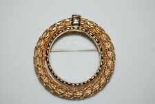 VINTAGE KRAMER NEW YORK RUNWAY COUTURE GOLD TONED METAL ROUND WREATH PIN BROOCH