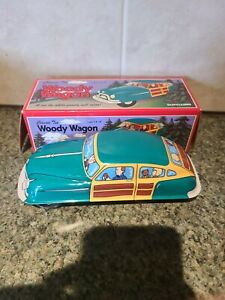 Schylling Classic Tin WOODY WAGON ~ Green Family Friction Car ~ 2003  k97