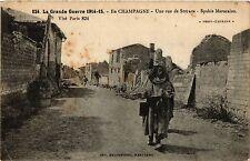 CPA En Champagne, Une rue de Souain. Spahis Marocains (346374)
