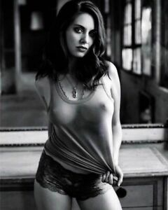 Alison Brie Beautiful Woman Posing And Wearing Her Boddy 8x10 Picture Celebrity