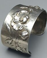 Breiter, massiv gearbeiteter Jugendstil 800 Silber Armreif um 1900 Mohnblumen