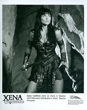 LUCY LAWLESS HOLDS SWORD XENA WARRIOR PRINCESS ORIGINAL 1998 USA TV PHOTO