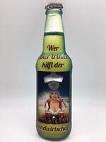 Blechschild in Flaschenform Wandflaschenöffner - Wer Bier trinkt hilft... Y89