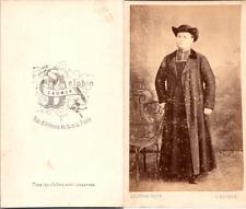 Delphin, Saumur, Prêtre en soutane, manteau et chapeau, circa 1865 Vintage CDV a