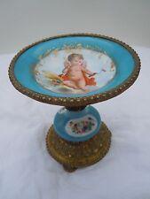 Coupe porcelaine de Sèvres décor angelot fleurs fond bleu céleste époque 19èm