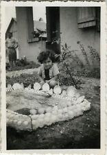 PHOTO ANCIENNE - VINTAGE SNAPSHOT - ENFANT JARDIN BASSIN - CHILD GARDEN 1941