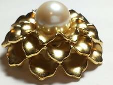 VINTAGE DESIGNER SIGNED MONET BROOCH GOLD TONE - PEARL JEWELRY