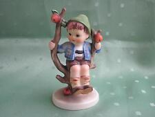 Schöne Hummel Figur als Junge auf Apfelbaum