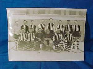 Early 20thc COLLEGE Level HOCKEY TEAM b/w PHOTO 10 x 7