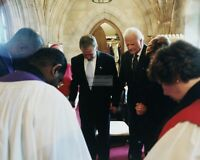 BARACK OBAMA PRAYS w// CO-CHAIRS OF NATIONAL PRAYER BREAKFAST 8X10 PHOTO EE-049