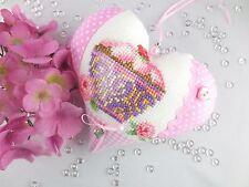 Tilda Stoffherz in rosa mit Muffin in Kreuzstich gestickt