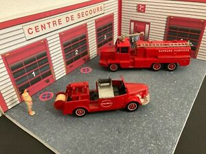 1/43 Lot diorama Caserne Pompiers + 2 camions Solido avec defaut + 2 figurines