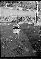 Jeune enfant bébé nourrisson jardin jouet camion - Ancien négatif photo an. 1930