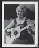 JULIE ANDREWS with Guitar Actress 1995 WHO'S WHO GAME CANADA PHOTO TRIVIA CARD