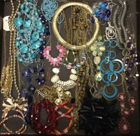 LOT OF 25 NECKLACES GOLD TONE SILVER TONE GLASS WOOD FASHION JEWELRY RESALE