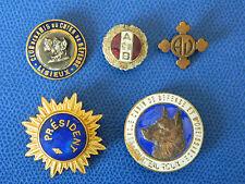 Lot de 5 insignes dont 4 émaillés
