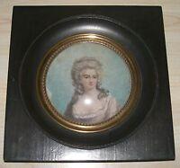 MINIATURE ronde représentant un portrait de femme à la robe rose
