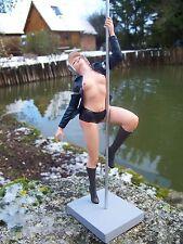 POM128   FIGURINE  POMPIER FEMME SEXY UNIFORME POOL  DANCE  EROTIQUE