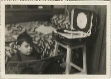 PHOTO ANCIENNE - VINTAGE SNAPSHOT - ENFANT LECTURE TOURNE DISQUE TEPPAZ FLOU