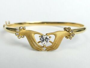 FRENCH 18 CT GOLD HANDS HOLDING A HEART C.Z. HINGED BANGLE - 10.1 GRAMS