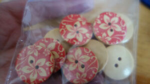 10 red flower BUTTONS FOR SEWING, KNITTING, CARD-MAKING OR CRAFTS (61)
