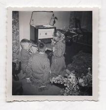 PHOTO ANCIENNE Snapshot Enfant Robe de Chambre Tourne disque musique Vers 1960