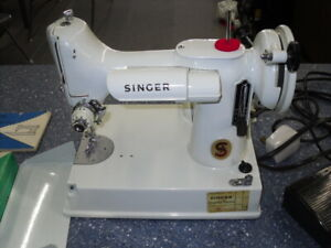 VTG 221K Singer Featherweight Sewing Machine in Box