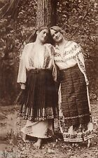 BE732 Carte Photo vintage card RPPC Femme woman folklore Roumanie costume arbre