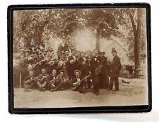 snapshot photo de groupe musiciens guitare mandoline harmonica dehors vers 1900