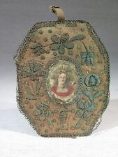 SAINTE URSULA ANCIENNE MINIATURE GRAVURE REHAUSSEE CADRE BRODE EPOQUE XVIII