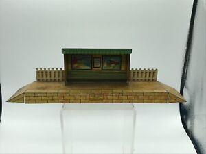 VINTAGE HORNBY O GAUGE TINPLATE MODEL . MO SMALL WAYSIDE STATION  PLATFORM