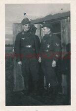 Foto, WK2, Lw., Flak.Reg., Blick auf Kameraden mit Kampfabzeichen, 5026-511