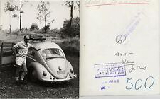 Adolfo Marsillach. Fotografía de la artista de cine con su coche Volkswagen.