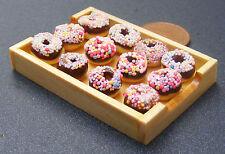 1:12 Chocolate Donuts en una bandeja de madera Casa Muñeca Miniatura Accesorio Panadería 109