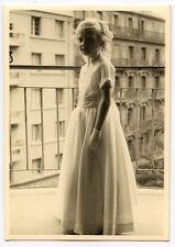 Jeune fille communiante balcon ville - photo ancienne an. 1950