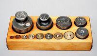 Alte Waagengewichte im Holzblock Eisen und Messing Waage Gewicht # 958
