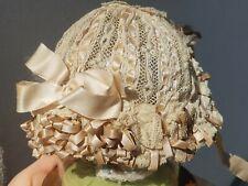 1738ce4baa5 Superbe bonnet ancien coiffe de baptême en satin et dentelle ivoire bébé  poupée