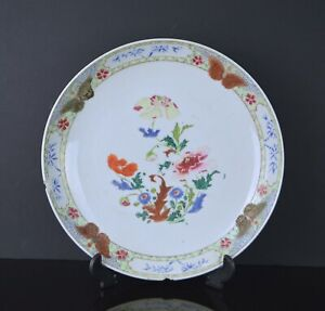 A LARGE 18TH CENTURY CHINESE FAMILLE ROSE DISH WITH BUTTERFLIES