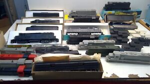 Large Vintage HO Scale UNDECORATED Locomotives & Cars Lot-TESTED-RARE (HO125)