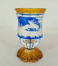 Fußbecher, farbloses Glas, blau und bernsteinfaben, kämpfende Hirsche, Böhmen