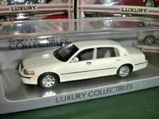 Spark Luxury LC 101560 - 2011 Lincoln Town Car White - 1:43 Made in China
