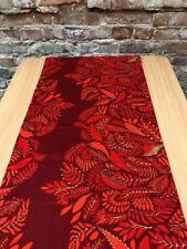Coureur de table rouge foncé avec des feuilles rouges