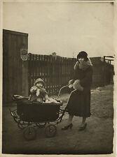 PHOTO ANCIENNE - VINTAGE SNAPSHOT - ENFANT FEMME MODE LANDAU DRÔLE -FASHION BABY