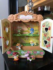 Vtg 1981 Strawberry Shortcake Cabinet House 6 Figures Miniatures Strawberryland